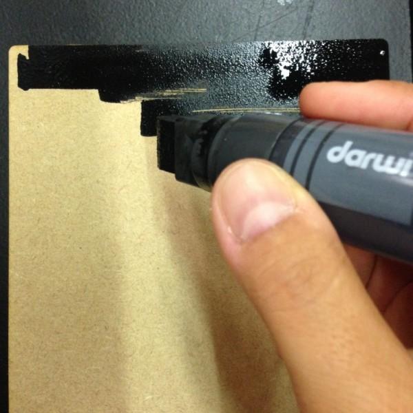 peinture acrylique noire sur bois