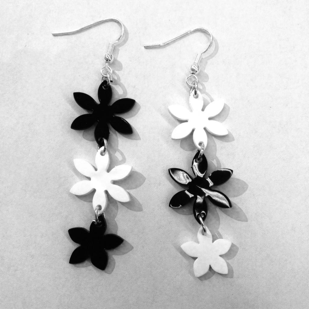 Boucles d'oreilles fleurs en palstique dingue